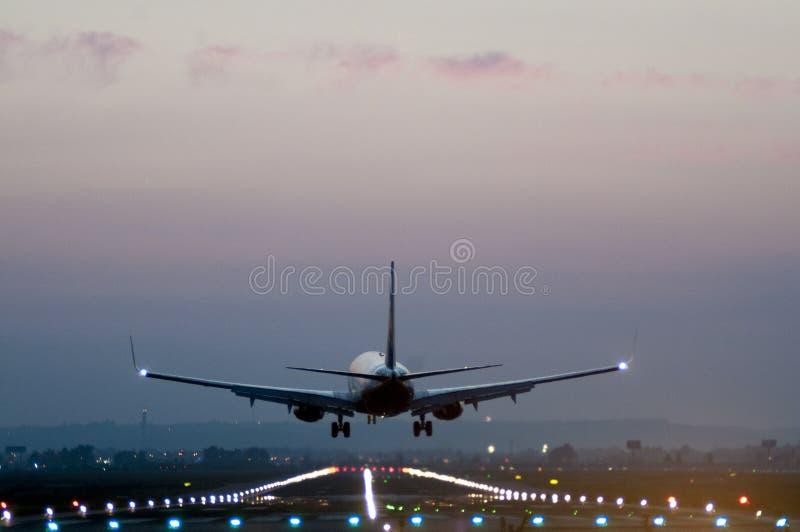 Tylni widok samolot bierze daleko od pasa startowego przy lotniskiem obraz stock