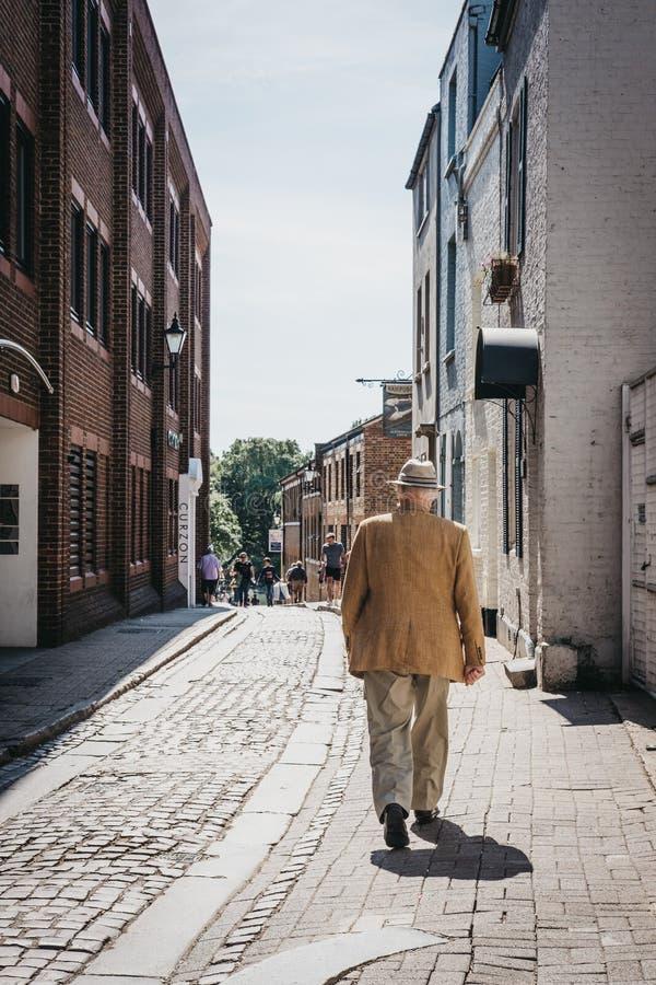 Tylni widok starszego mężczyzny odprowadzenie na ulicie w Richmond, Londo zdjęcie stock