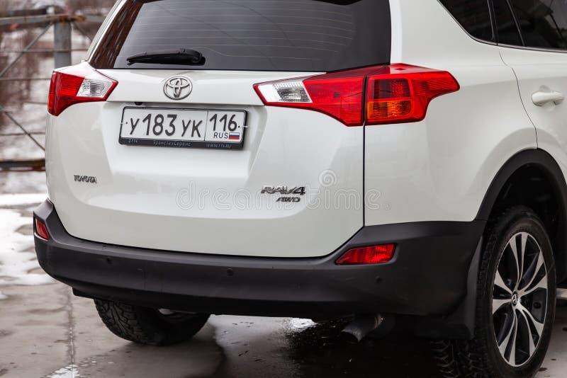 Tylni widok Toyota RAV4 2015 rok w białym kolorze po czyścić przed sprzedażą na parking Auto przemys? us?ugowy obraz royalty free
