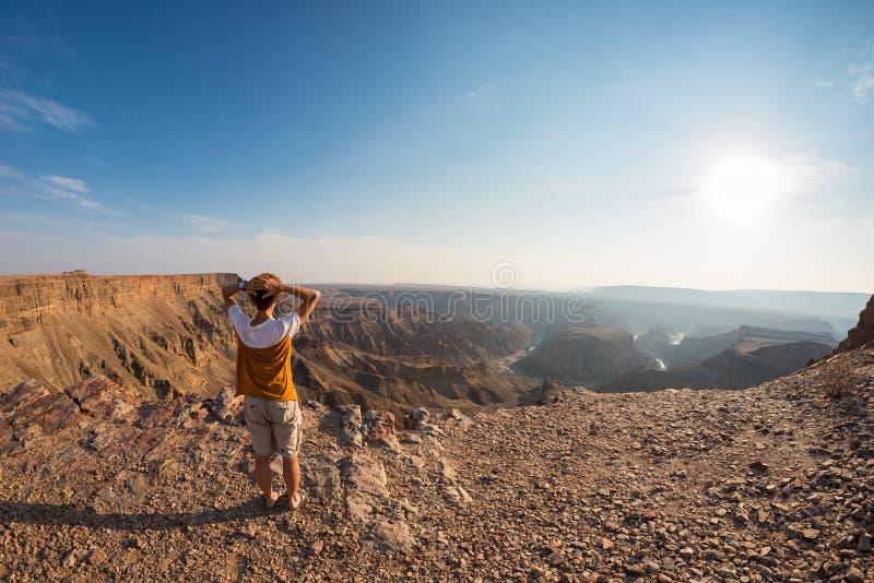 Tylni widok turystyczny patrzeje ekspansywny widok nad Rybim Rzecznym jarem, sceniczny podróży miejsce przeznaczenia w Południowy fotografia stock