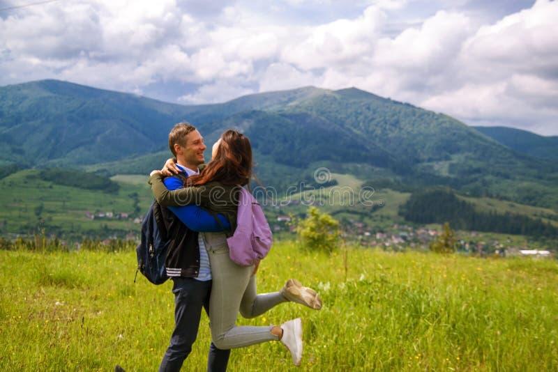 Tylni widok wycieczkować pary przytulenie i śmiać się na górze góry obrazy royalty free