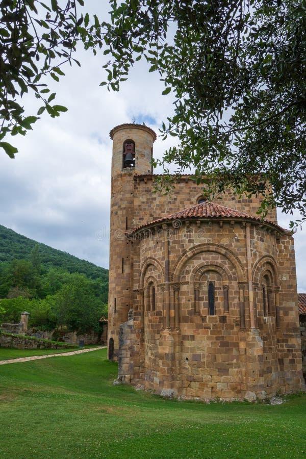 Tylni widok z drzewem Uczelniany kościół San Martin De Elines twelfth wiek zdjęcia stock