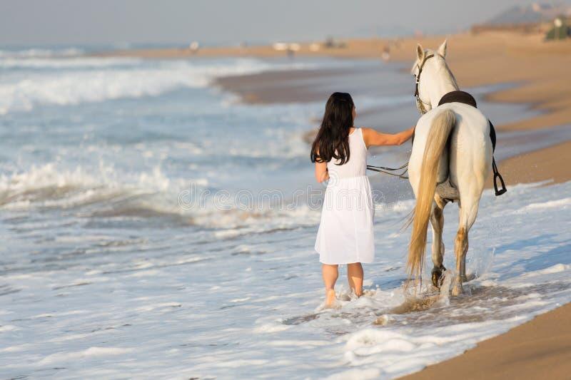 Tylni widoku kobiety konia plaża obraz royalty free