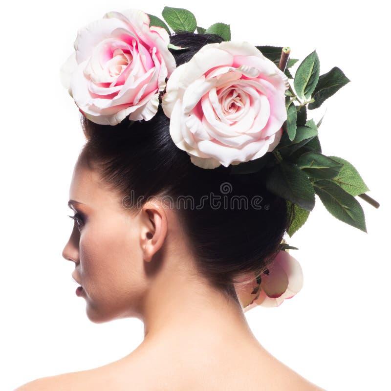 Tylni widoku portret kobieta z menchiami kwitnie w włosy zdjęcie stock