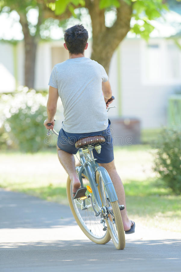 Tylni widoku samiec cyklista zdjęcia royalty free