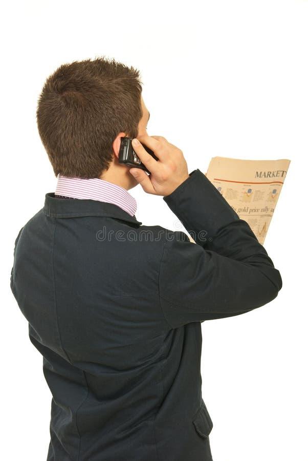 tylny biznesowego mężczyzna wiadomości czytanie zdjęcia stock