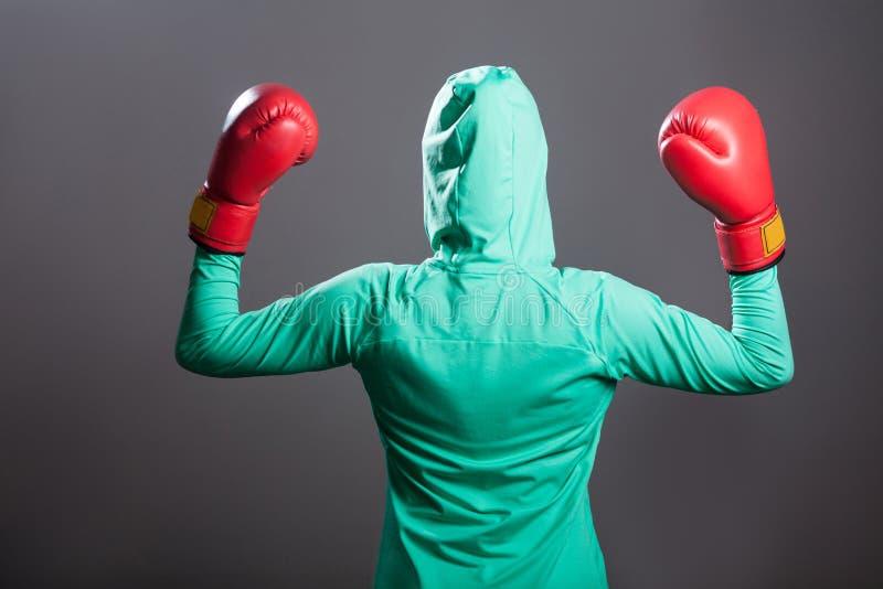Tylny boczny widok muzułmańska bokser kobieta w zielonym islamskim sportswear obraz royalty free