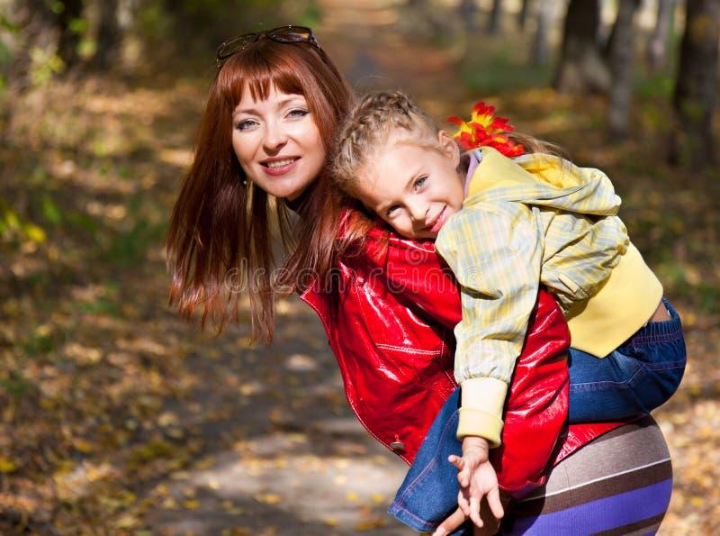 tylny dziecko mienie jej kobieta obrazy stock
