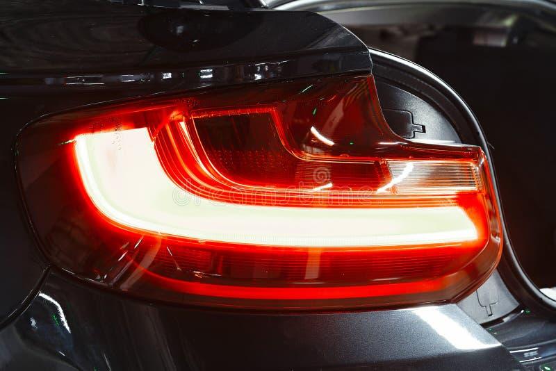 Tylny reflektoru samochodu jarzyć się Luksusowy nowożytny sporta biznesu samochód zdjęcia royalty free