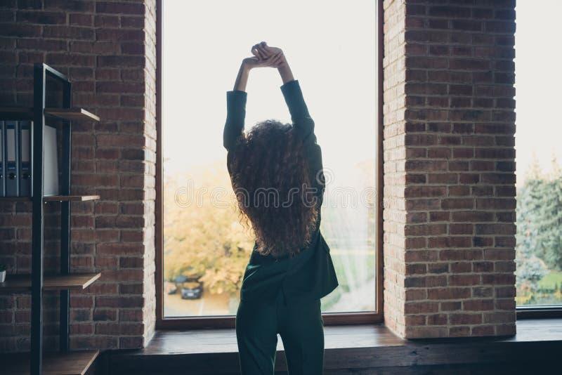 Tylny tyły za widok fotografią pokojowy zanudzający damy freelancer kona zadanie czasu wolnego stojaka stawiać ręki nad w górę gł zdjęcia stock