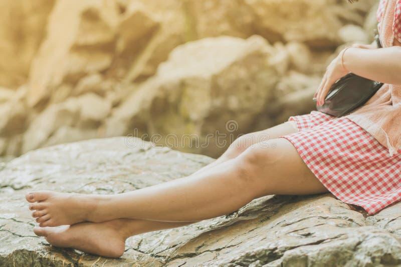Tylny widok Żeński turysta jest odpoczynkowy przy Erawan siklawą zdjęcie stock