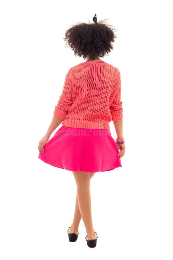 Tylny widok amerykanin afrykańskiego pochodzenia nastoletnia dziewczyna w menchiach odizolowywać na w obrazy stock