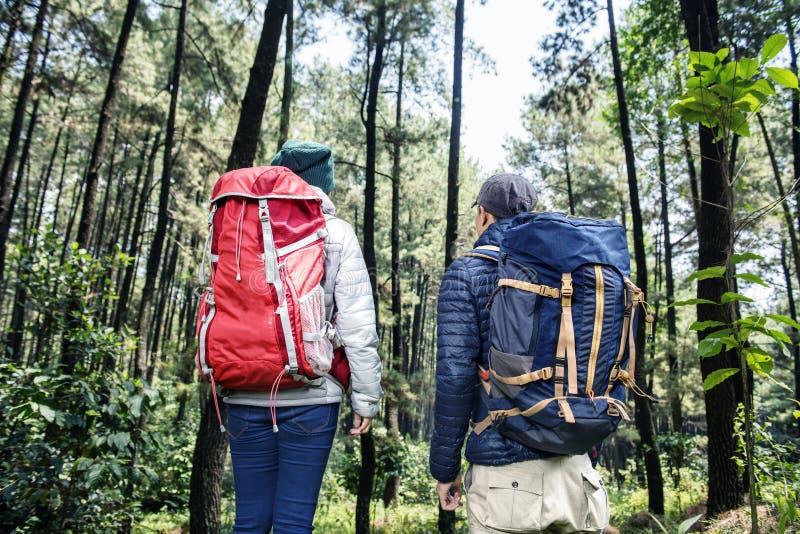 Tylny widok azjatykcia backpacker para podróżuje wpólnie zdjęcia stock