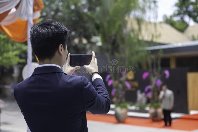 Tylny widok Bierze fotografie przy outdoors wydarzeniem w Młody biznesmen fotografia stock