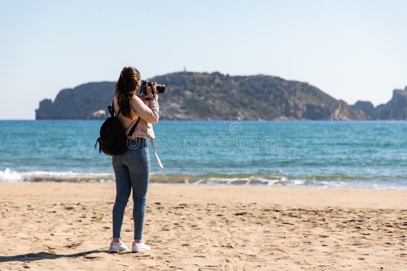 Tylny widok bierze obrazki z DSLR kamerą wyspy od plaży kobieta - Medes wyspy zdjęcie stock