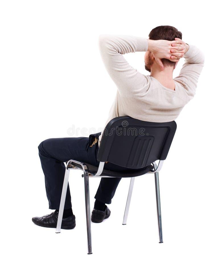Tylny widok biznesowego mężczyzna obsiadanie na krześle zdjęcia stock