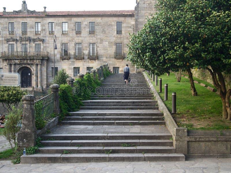 Tylny widok chodzący kobieta turysta na kamiennym schodku zdjęcie royalty free