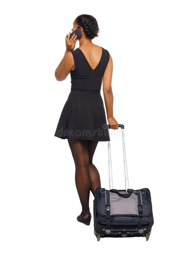 Tylny widok czarny afroamerykanin z walizką z mądrze obraz royalty free