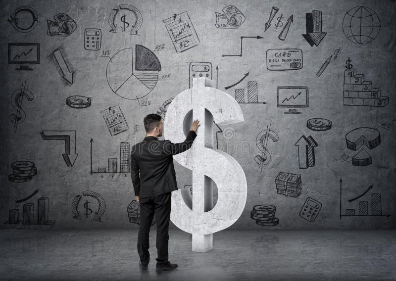 Tylny widok dotyka dużego betonowego dolarowego znaka na backgound z biznesowymi doodles biznesmen zdjęcie royalty free