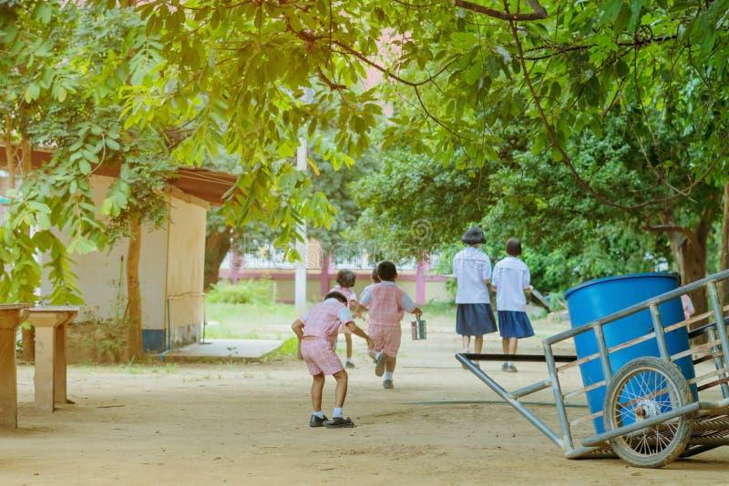 Tylny widok dziecinów ucznie biega z powrotem sala lekcyjna zdjęcie royalty free