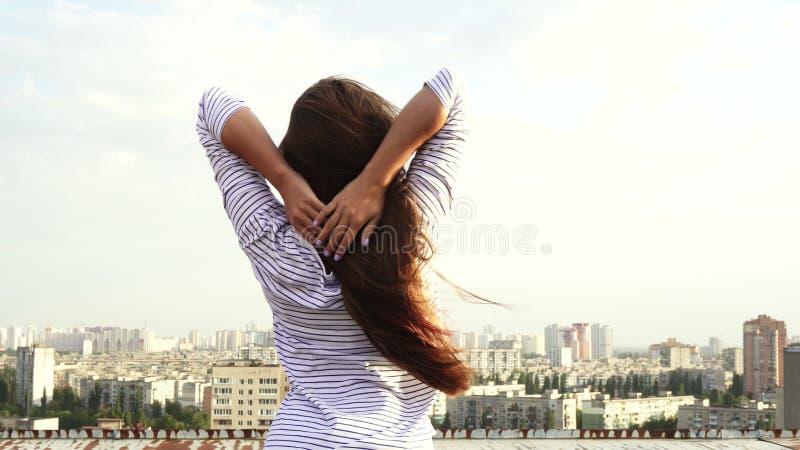 Tylny widok dziewczyna i panorama miasto zdjęcie royalty free