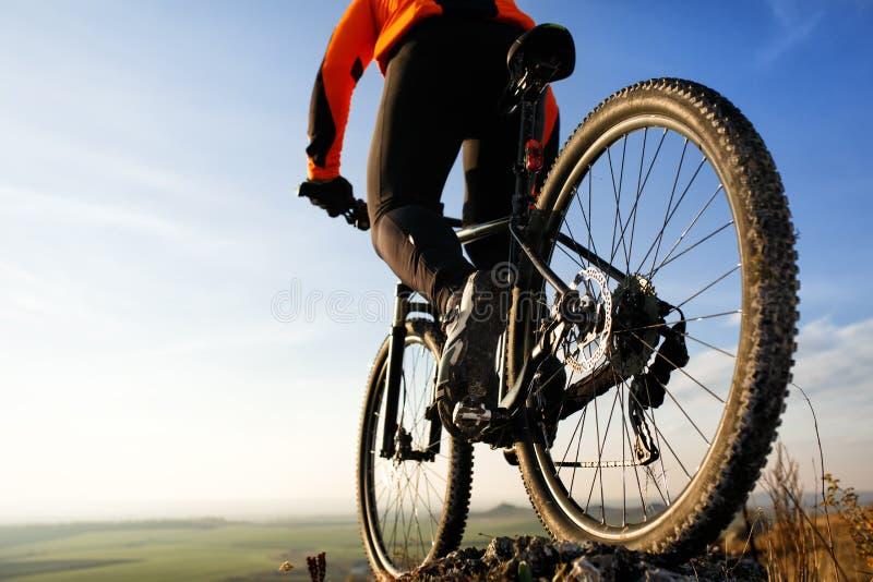 tylny widok mężczyzna z bicyklem przeciw niebu obrazy royalty free