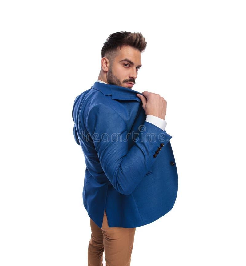 Tylny widok mężczyzny przymknięcie lub otwarcie jego hol kurtka fotografia stock