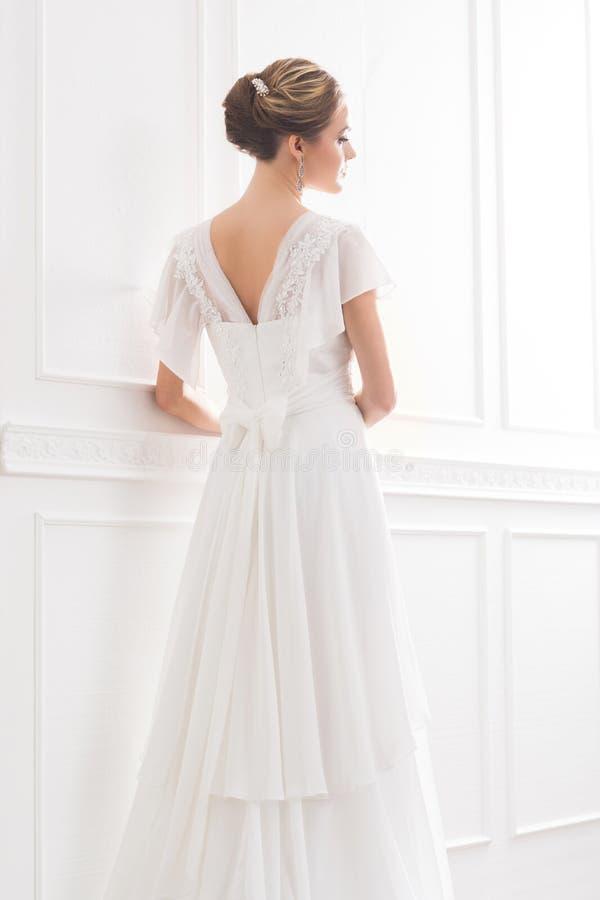 Tylny widok młoda i piękna panna młoda w biel sukni zdjęcia royalty free