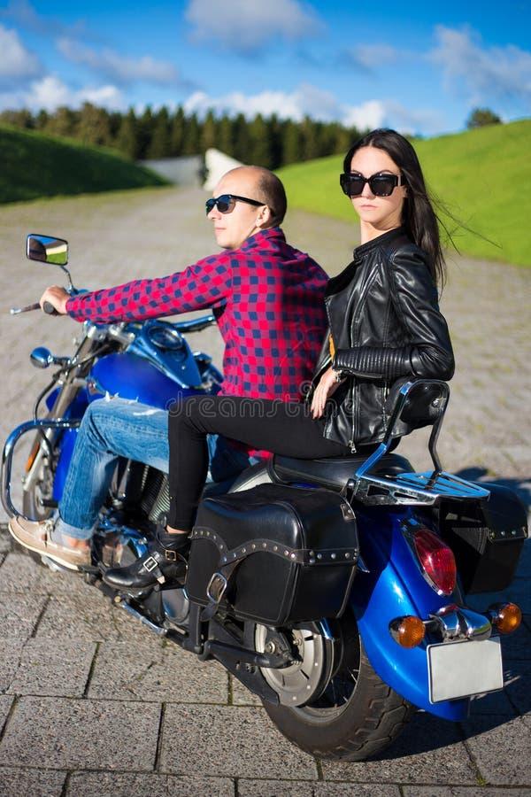Tylny widok młoda piękna pary jazda na motocyklu zdjęcia stock