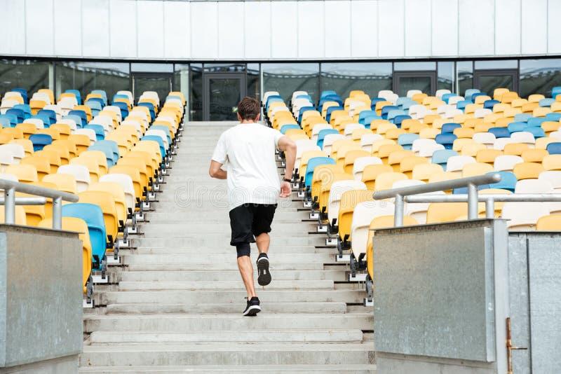 Tylny widok młody człowiek biega na piętrze fotografia royalty free