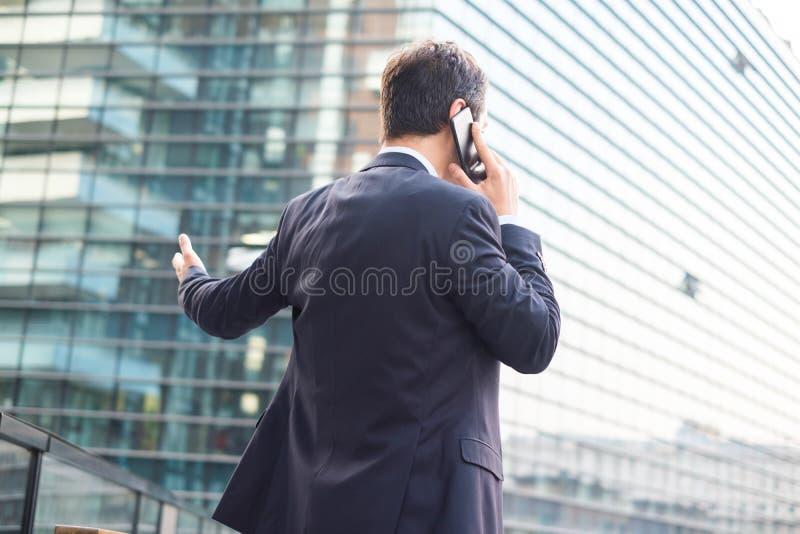 Tylny widok nowożytny biznesmen w mieście zdjęcie stock
