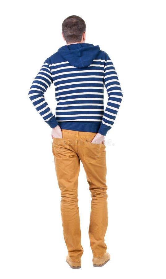Tylny widok przystojny mężczyzna w pasiastym kapturzastym pulowerze zdjęcie stock
