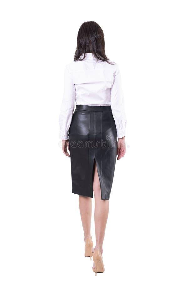 Tylny widok seksowna elegancka biznesowa kobieta chodz?ca lub opuszcza? daleko od nie do poznania, fotografia royalty free