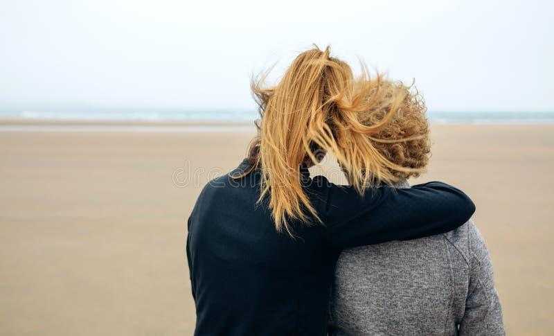 Tylny widok senior i młoda kobieta patrzeje morze fotografia stock