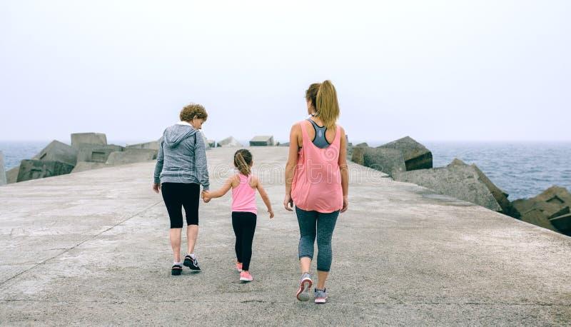 Tylny widok trzy pokoleń żeński chodzić obrazy stock
