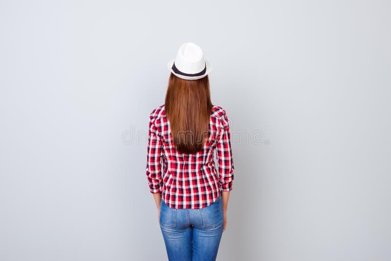 Tylny widoku kłapnięcia model strzelał młoda brunetki kobieta w przypadkowym outf obraz royalty free