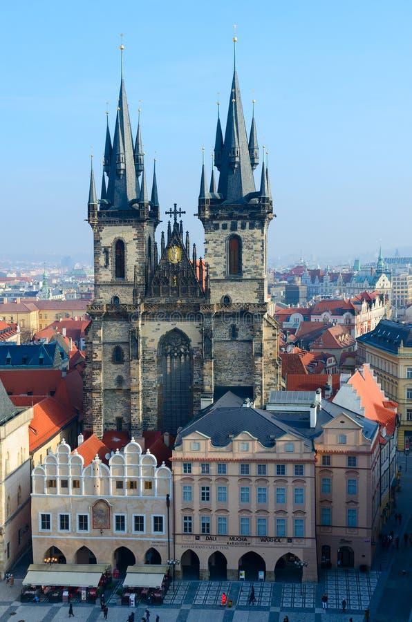 Tyn教会美好的顶视图在布拉格,斯塔雷梅斯托,捷克的历史的中心 库存照片