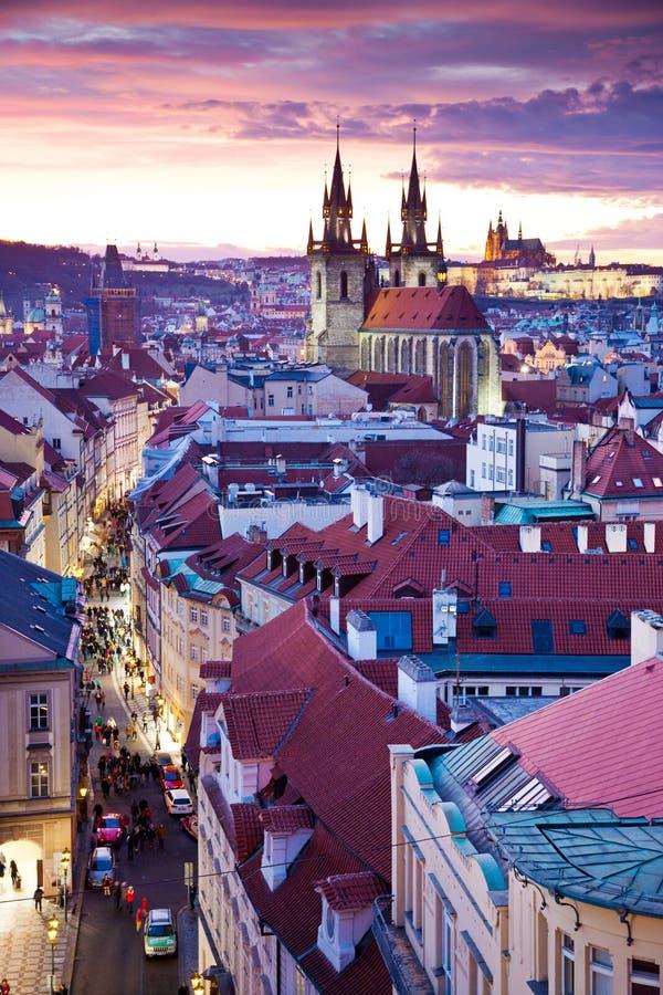 Tyn domkyrka, Prague slott och gammal stadUNESCO, Prague, Tjeckien, sikt från pulverporten royaltyfri bild