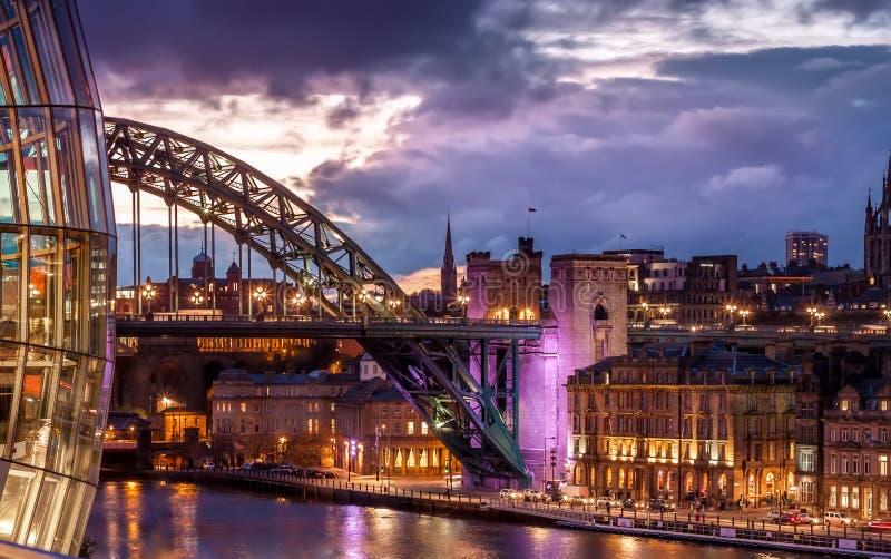 Tyne Bridge e arquitetura da cidade sob o por do sol colorido, Newcastle da noite em cima de Tyne, Inglaterra, Reino Unido fotos de stock