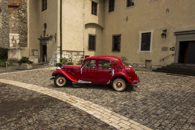Tyniec, Krakow, Polen, 3 augustus 2019: Oude, antieke rode auto die gebruikt werd voor het vervoer van nieuwpootjes op de bruilof royalty-vrije stock fotografie