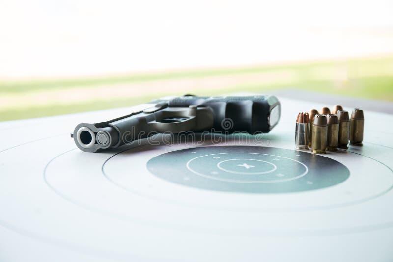 Typ av 45 kulor på bullseyemål med den suddiga pistolen arkivbilder