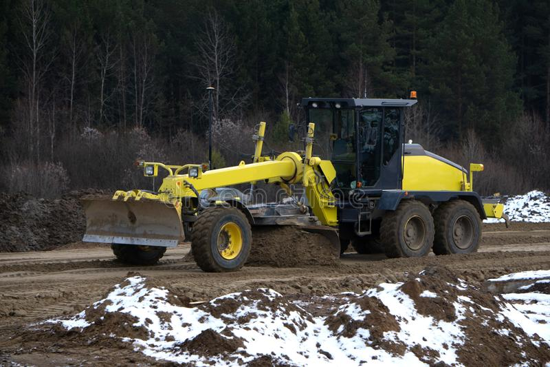 Typ buldożer maszyna robi earthmoving pracie przy piaska łupem fotografia stock
