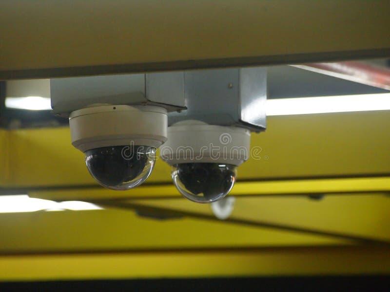 Typ för kupol för två säkerhetskameror att installera på taket arkivfoton
