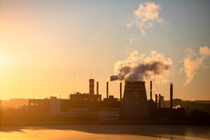 Typ przemysłowe drymby od których dym Przemysłowy odpady zanieczyszcza atmosferę ziemia obraz royalty free
