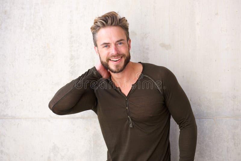Type à la mode avec le sourire de barbe images libres de droits