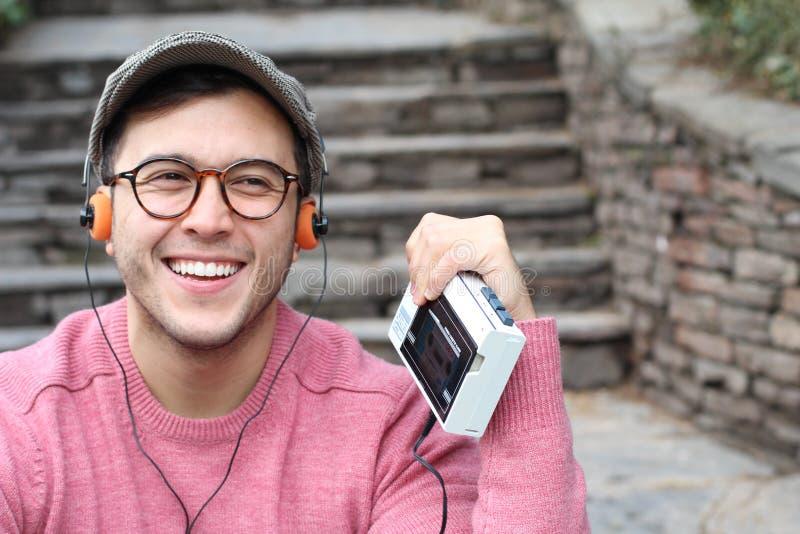 Type écoutant le baladeur stéréo de cassette pendant les années 80 ou les années 90 image libre de droits