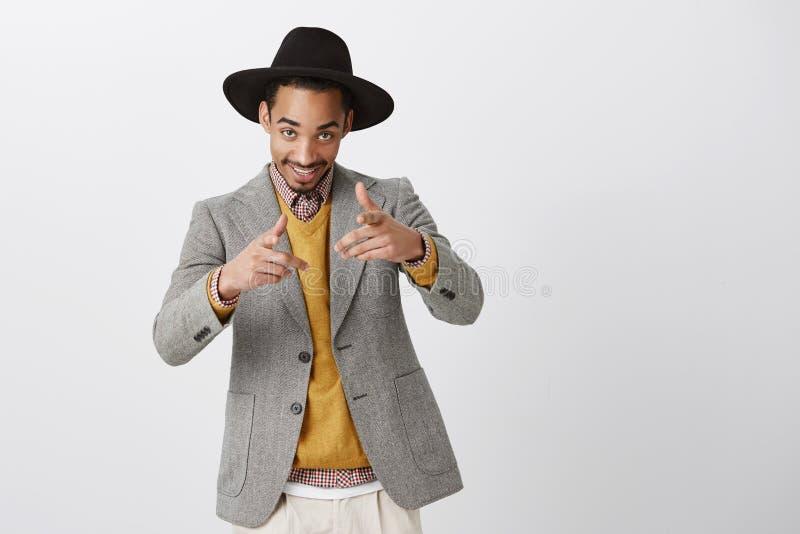 Type émotif de partie nous invitant à matraquer Portrait d'homme d'affaires bel positif dans le chapeau et la veste élégants, fli photo libre de droits