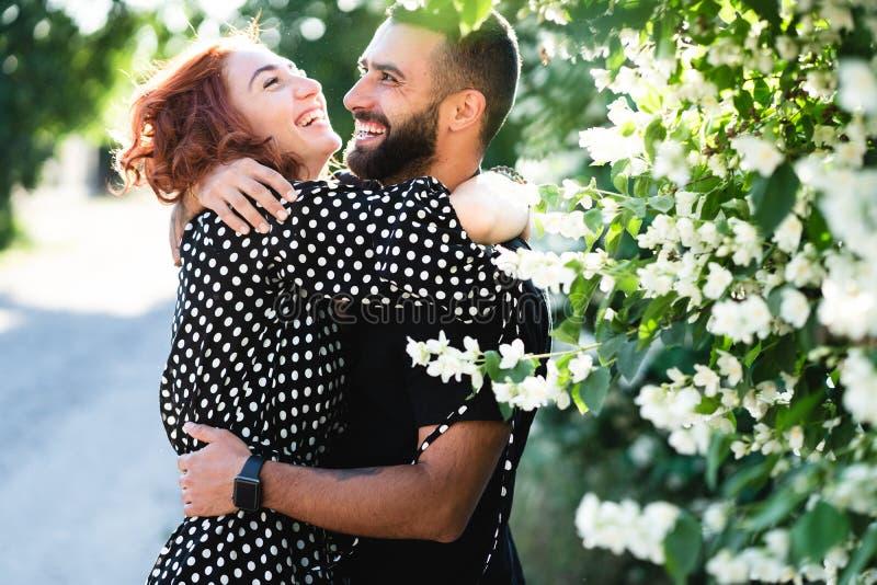 Type affectueux et fille posant ensemble sur l'appareil-photo photographie stock libre de droits