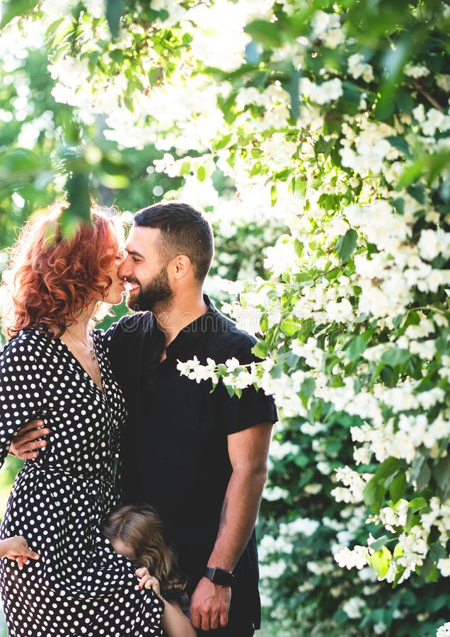 Type affectueux et fille posant ensemble sur l'appareil-photo image stock