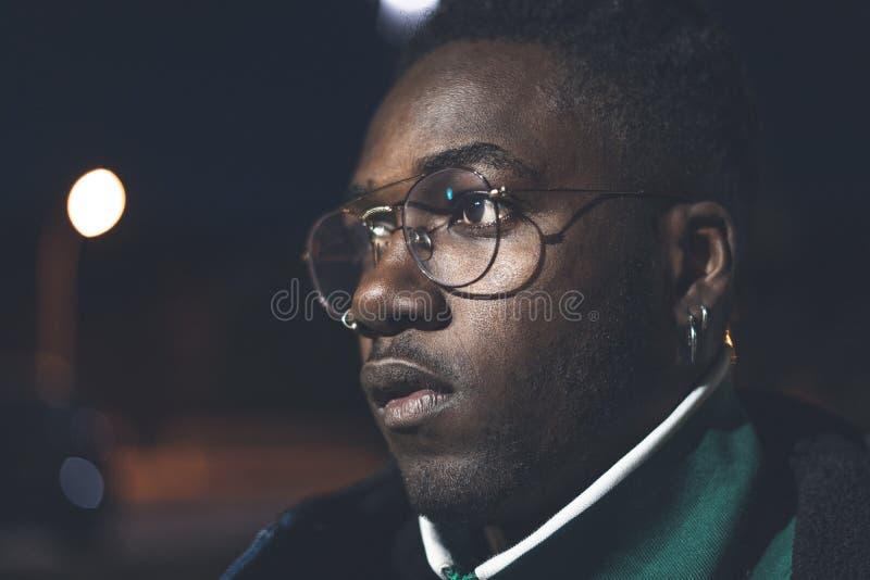 Type afro-américain beau avec des verres de rue Homme de couleur sérieux photographie stock libre de droits